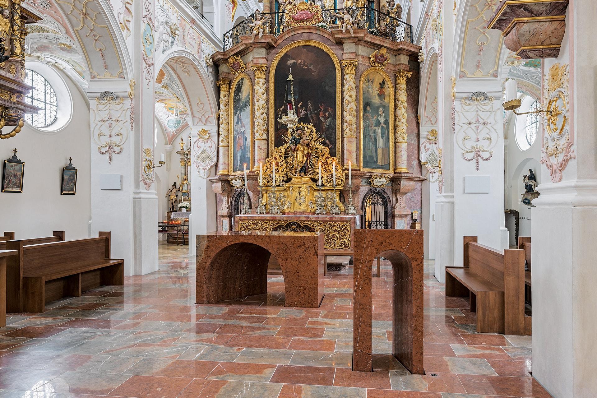 Altar und Ambo aus Adneter Kalkstein, Oberflächen fein geschliffen