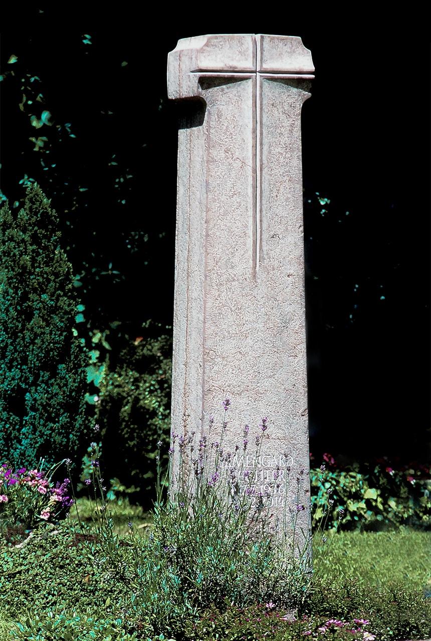 Stele aus Rosso Verzegnis mit plastischem Kreuzornament