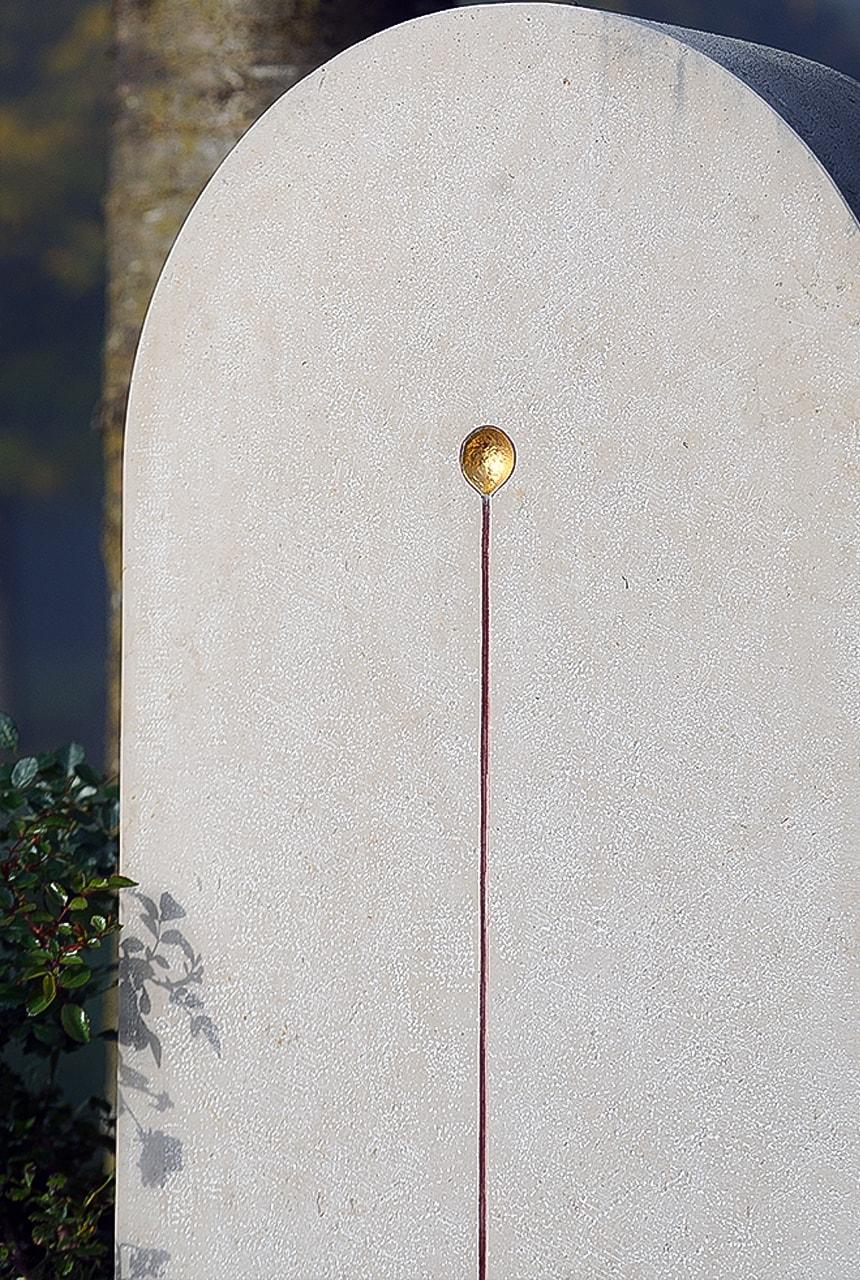 Stele aus hellem Kalkstein Comblanchien Clair mit Blattgold