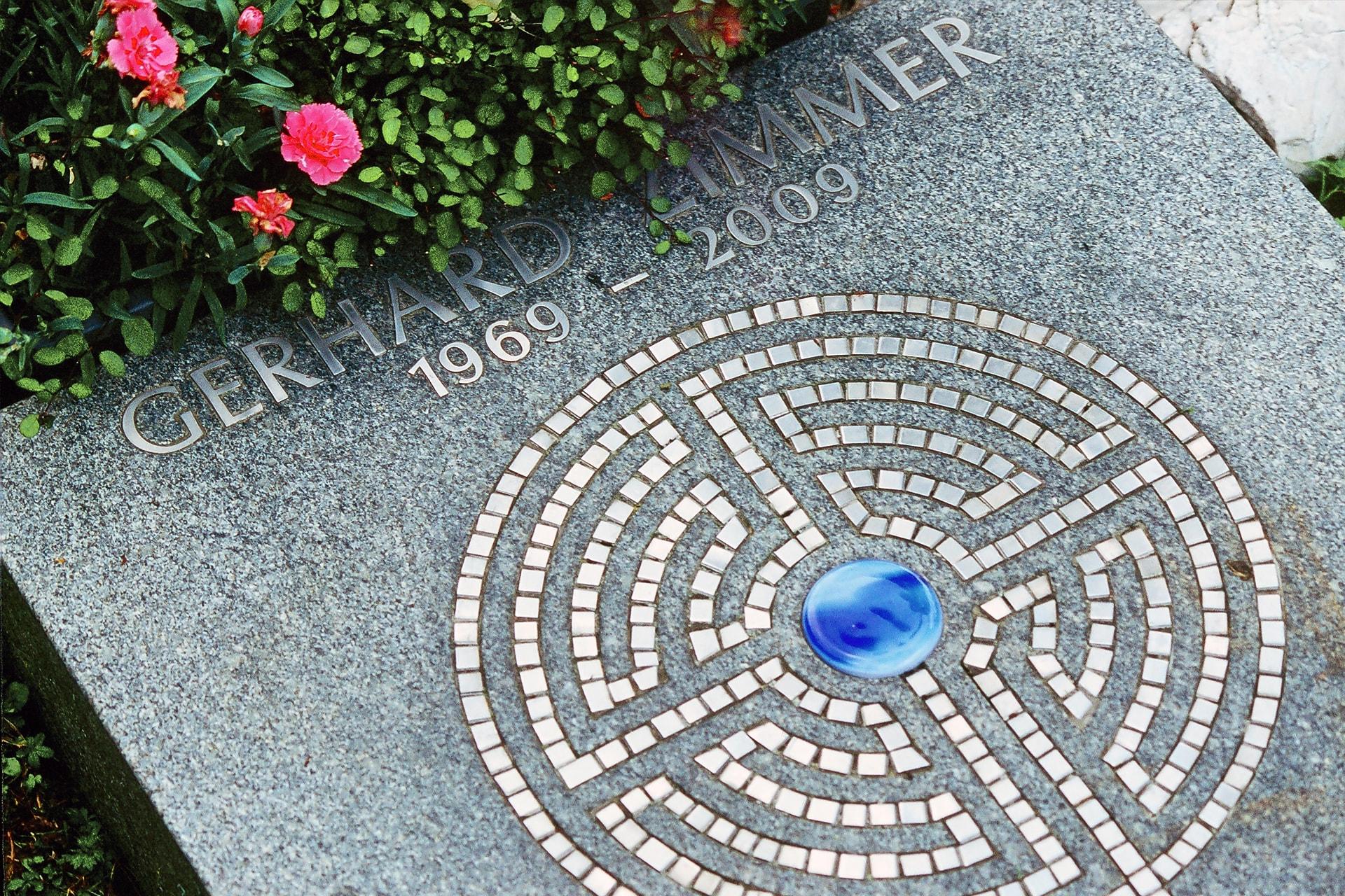 Platten aus Bayerwald Granit mit eingearbeitetem Labyrinth aus Edelsmalten