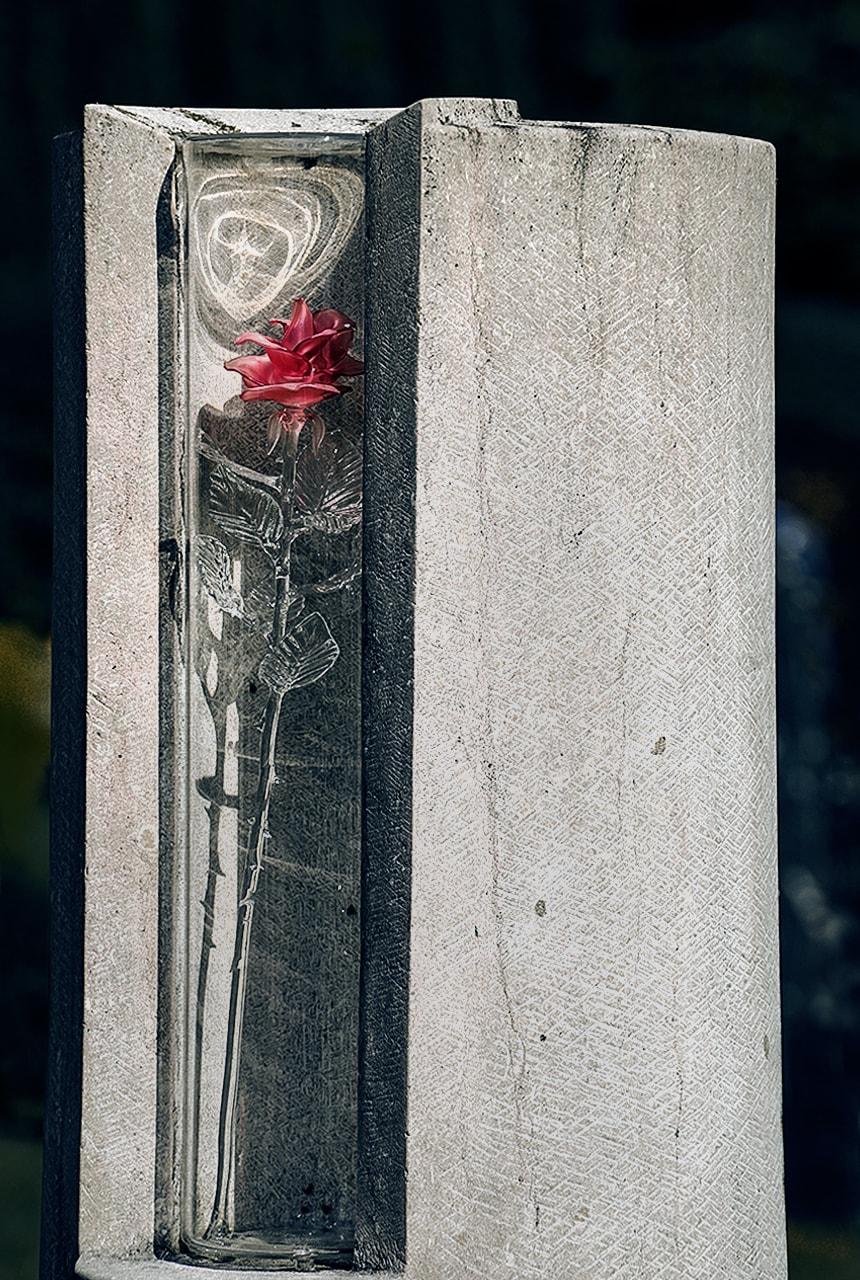 Stele aus Rosso Porphyrico mit Glasornament