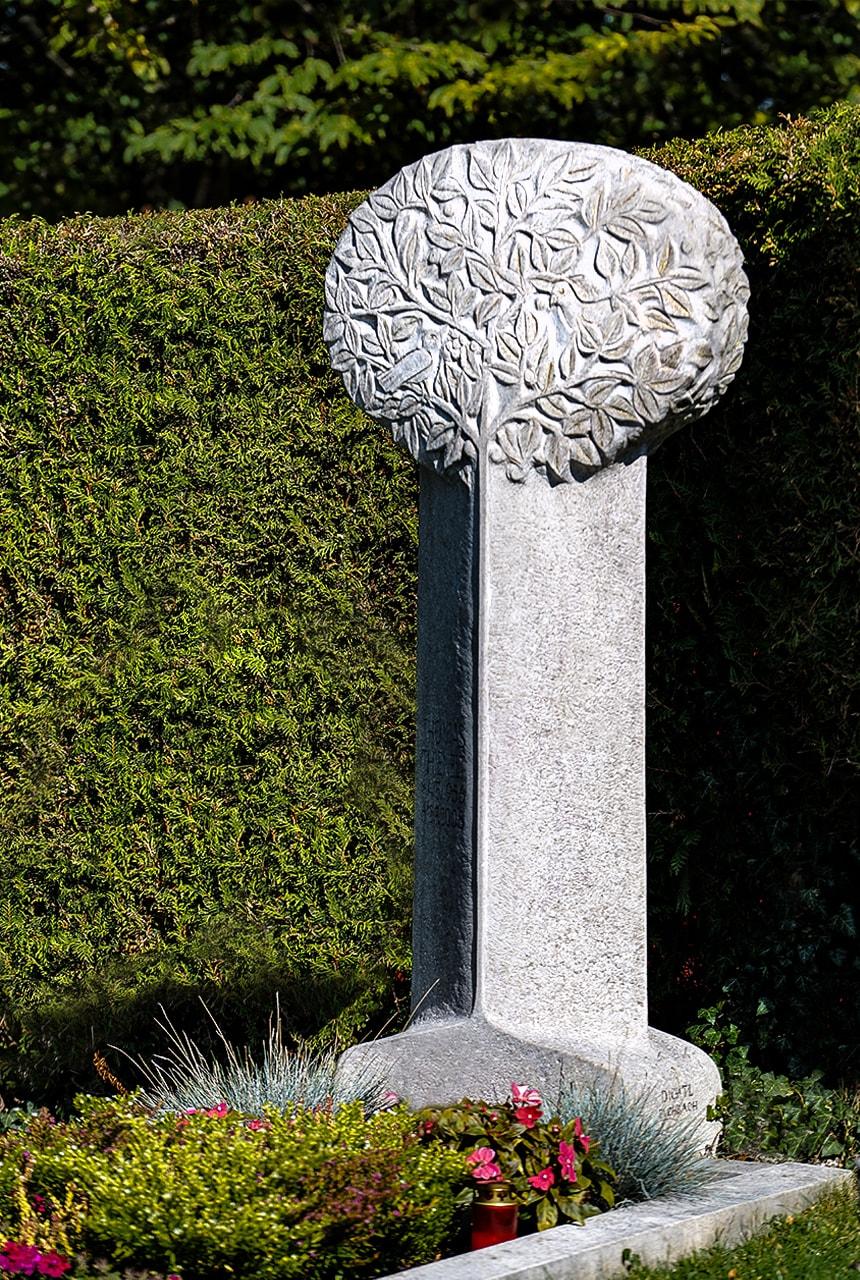 Stele aus Rosso Porphyrico mit Blattornament