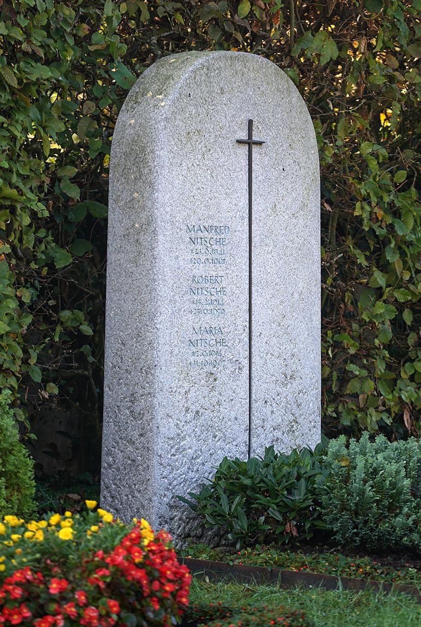 Breitstein aus Mettner Granit mit eingearbeitetem Bronzekreuz