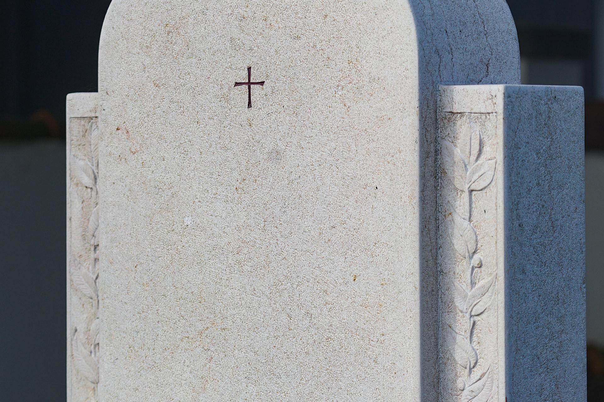 Stele aus Comlanchien Claire mit eingearbeiteten Ornamenten