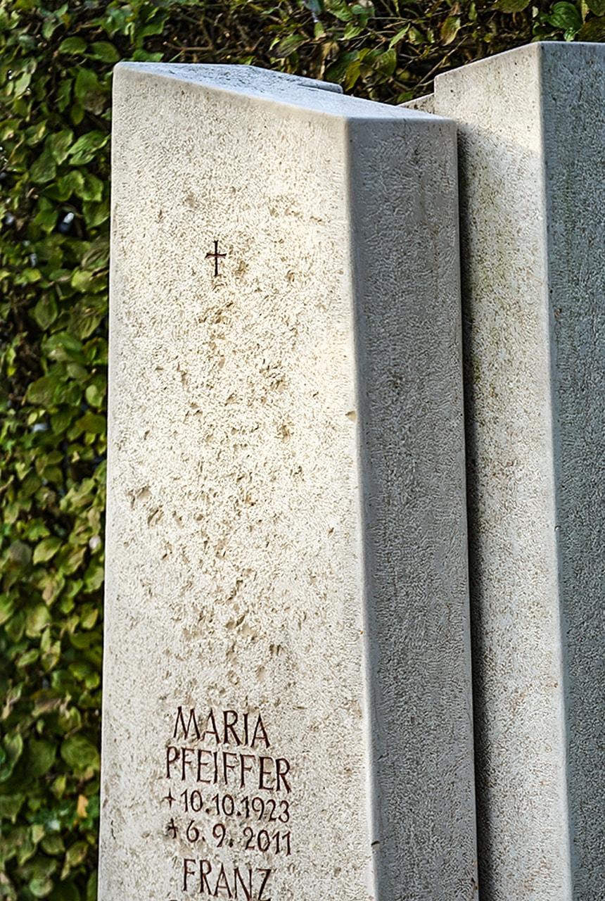 Zweiteilige Stele aus Comblanchien Claire