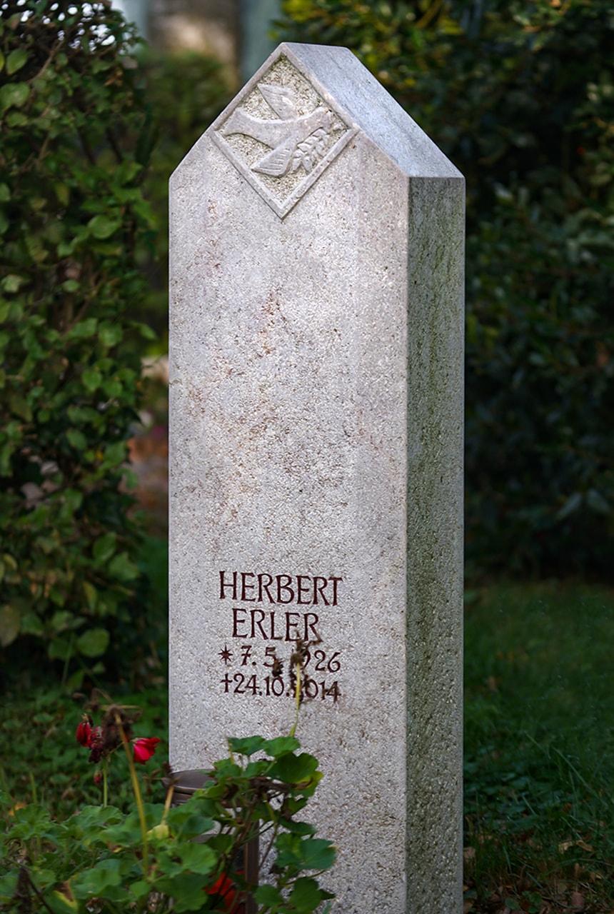 Stele aus Rosso Porphyrico mit eingearbeitetem Taubenornament