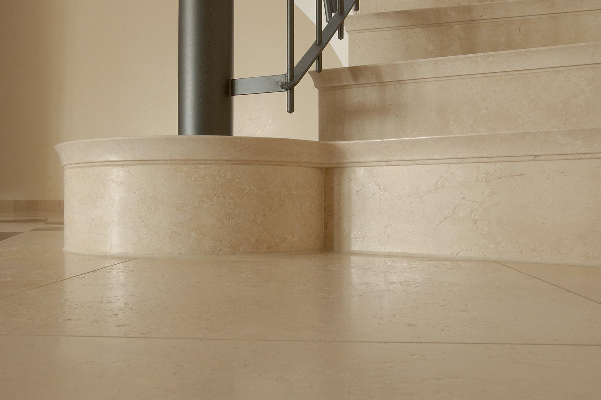 Treppenansatz: Bodenbelag und massive Treppenstufen aus ägyptischem Kalkstein