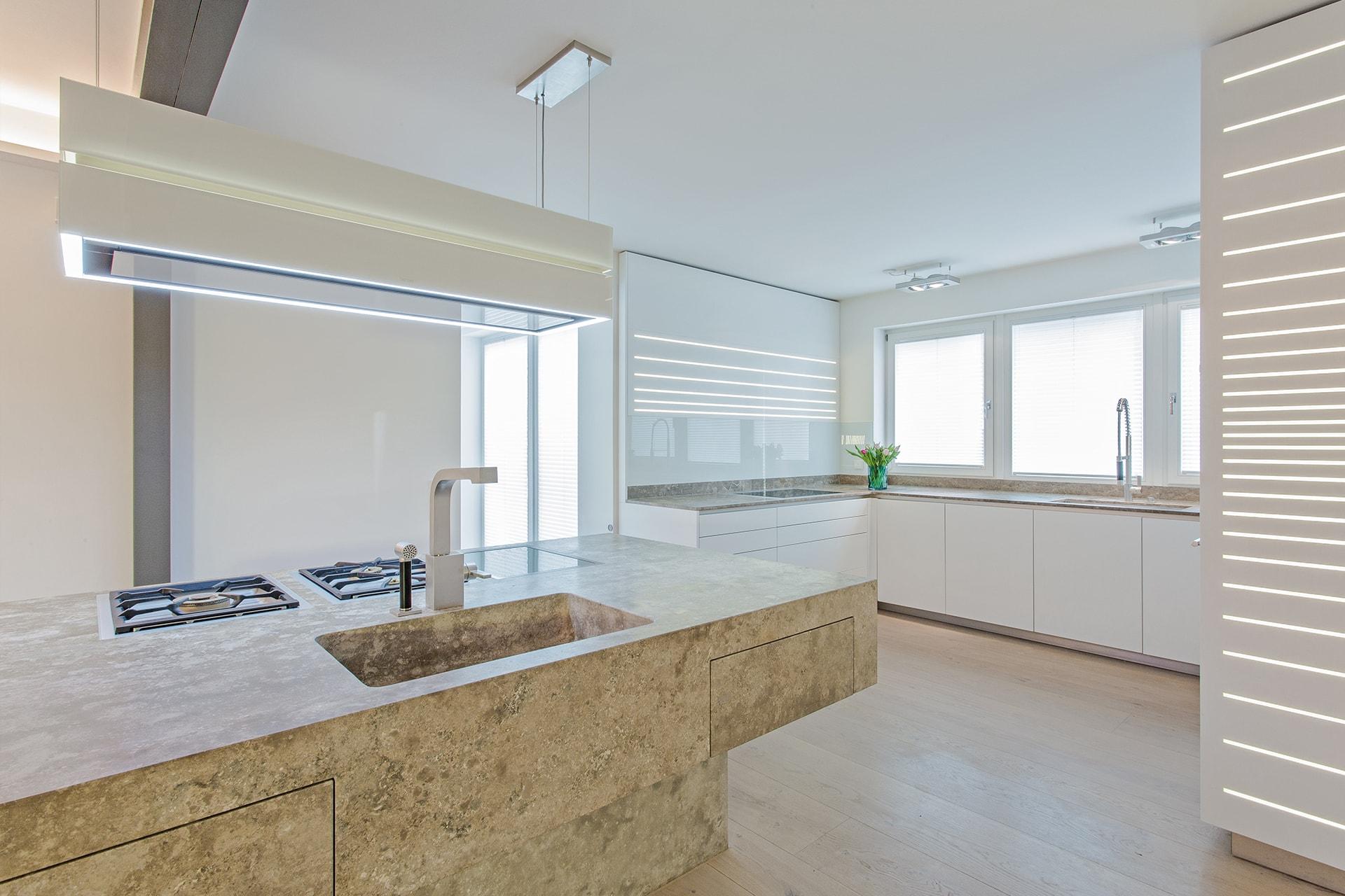 Massiver Küchenblock aus Dolomit mit integriertem und beheiztem Esstisch, geschliffen