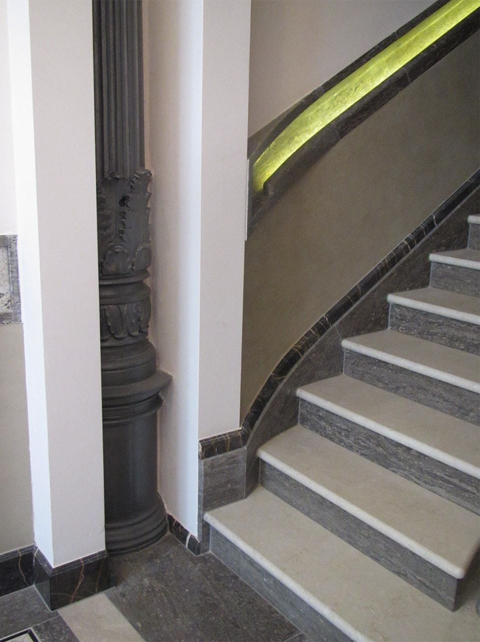 Seitenansicht: Treppenbelag aus Botticino, Muschelkalk und Port Laurent