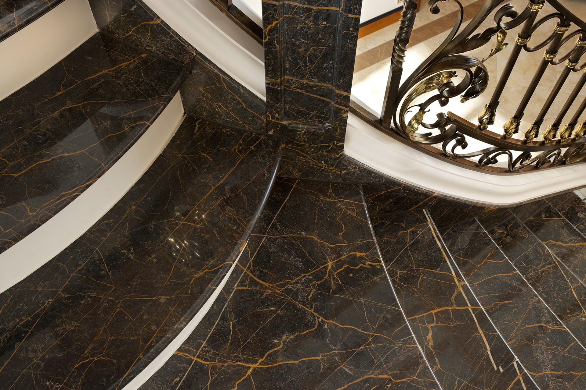 Detailansicht: Treppenbelag aus Port Laurent, poliert